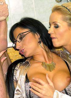 Трахнул двух откровенных девушек и обоссал их после секса - фото #11