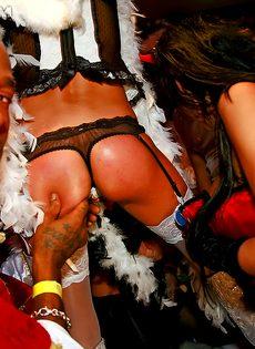 Отличная групповушка с пьяными девушками на секс вечеринке - фото #1