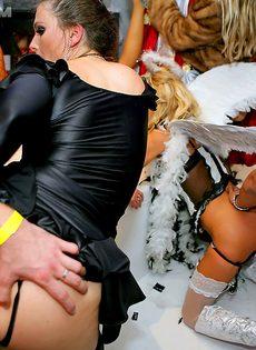 Отличная групповушка с пьяными девушками на секс вечеринке - фото #12