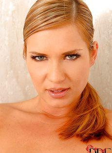 Шикарная блондинка мастурбирует промежность в ванной - фото #16