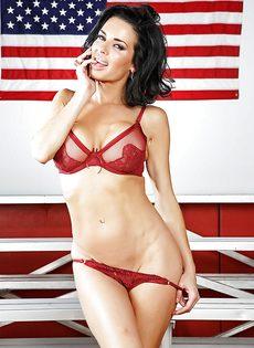 Американская звезда показала сексуальное нижнее белье - фото #8