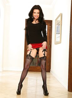 Обворожительная женщина в короткой юбке хочет секса - фото #