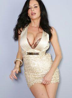 Veronica Avluv демонстрирует большие груди крупным планом - фото #