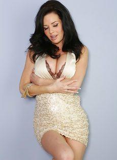 Veronica Avluv демонстрирует большие груди крупным планом - фото #4