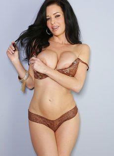 Veronica Avluv демонстрирует большие груди крупным планом - фото #8
