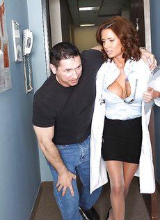 Зрелую докторшу в чулках удовлетворили в больничной палате - фото #2