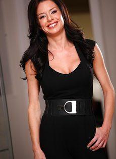 Женщина с удовольствием снимает с себя всю одежду - фото #1