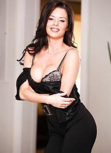 Женщина с удовольствием снимает с себя всю одежду - фото #5