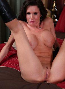 Большегрудая женщина соскучилась по сексуальному удовольствию - фото #