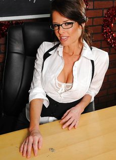 Деловая женщина в сексуальном нижнем белье и в телесных чулках - фото #