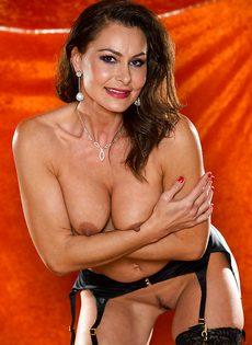 Длинноногая зрелая красавица в сексуальном нижнем белье - фото #