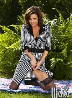 Эротические фото от сексапильной зрелой брюнетки в нижнем белье - фото #