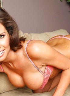 Эта улыбчивая дама любит демонстрировать обнаженное тело - фото #