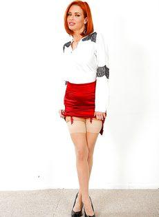 Великолепная рыжеволосая женщина хвастается ухоженными дырочками - фото #2