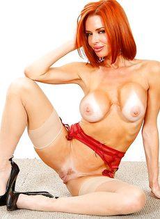Великолепная рыжеволосая женщина хвастается ухоженными дырочками - фото #14