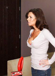 Veronica Avluv зажимает пенис большими упругими дойками - фото #2