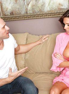 Veronica Avluv зажимает пенис большими упругими дойками - фото #6