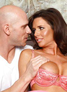 Veronica Avluv зажимает пенис большими упругими дойками - фото #7