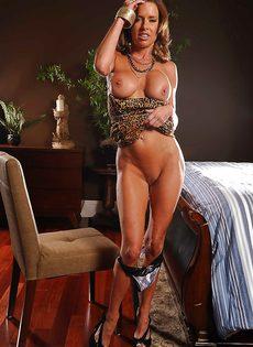 Соло восхитительной и замечательной женщины с большими сиськами - фото #