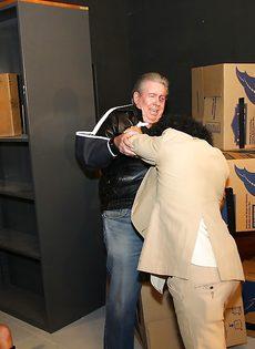 Негр засунул здоровенный член в зрелую развратницу - фото #