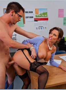 Паренек угощает членом сногсшибательную зрелую начальницу - фото #