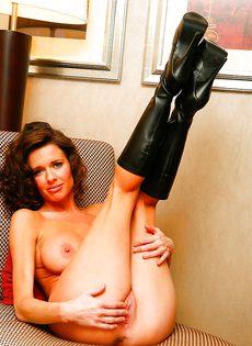 Эротические и откровенные фото гламурной женщины - фото #11
