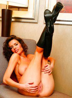 Эротические и откровенные фото гламурной женщины - фото #12