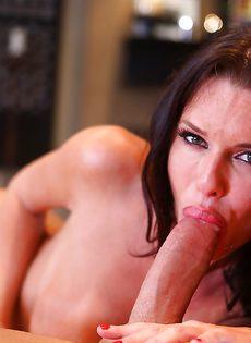 Взрослая сучка заглатывает большой пенис в ротовую полость - фото #6