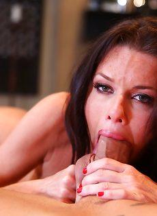 Взрослая сучка заглатывает большой пенис в ротовую полость - фото #7