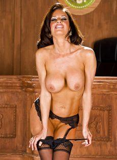 Стройная женщина сексуально снимает с себя трусики - фото #13