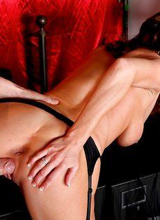 Мускулистый лысый парень перчит во влагалище ухоженную мадам - фото #