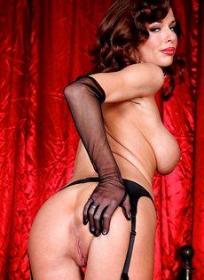 Женщине хочется продемонстрировать анальное отверстие - фото #