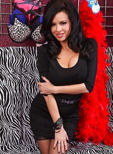 Соблазнительная женщина с большими силиконовыми сиськами - фото #1