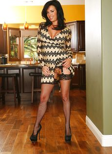 Шикарной дамочке нравится выставлять напоказ красивые дырочки - фото #