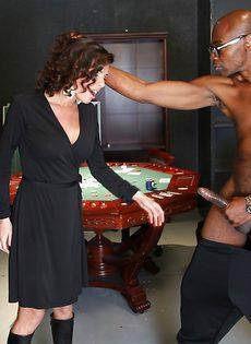 Темнокожий парень угостил похотливую бабу здоровенным членом - фото #2