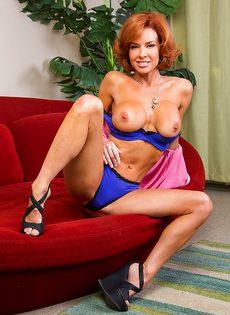 Рыжая женщина раскинула ножки и поигралась с киской - фото #