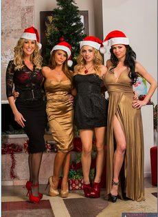 Четыре умопомрачительные девушки откровенно позируют - фото #1