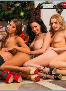 Четыре умопомрачительные девушки откровенно позируют - фото #6