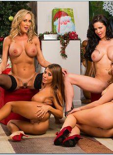 Четыре умопомрачительные девушки откровенно позируют - фото #8