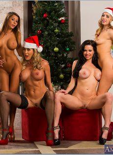 Четыре умопомрачительные девушки откровенно позируют - фото #14