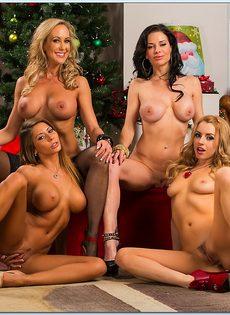 Четыре умопомрачительные девушки откровенно позируют - фото #16