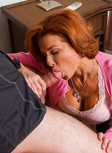 Парнишка разложил женщину на кровати и отодрал между ног - фото #5