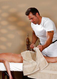 Горячая бабенка трахнулась с массажистом на кушетке - фото #1