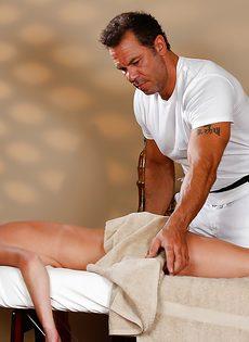 Горячая бабенка трахнулась с массажистом на кушетке - фото #2