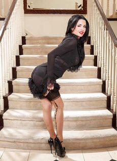 Улыбчивая женщина демонстрирует эротическое нижнее белье - фото #2