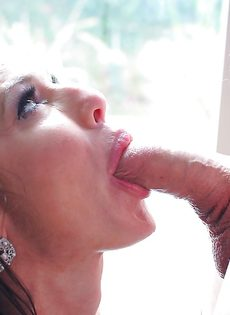 Женщина с силиконовыми сиськами радует парня горячим отсосом - фото #