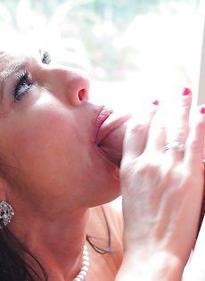 Женщина с силиконовыми сиськами радует парня горячим отсосом - фото #8