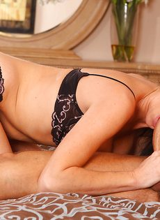 Перед половым актом лижет горячую киску зрелой брюнетки - фото #