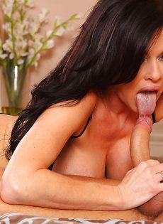 Перед половым актом лижет горячую киску зрелой брюнетки - фото #5