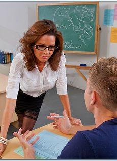 Сексуальная и похотливая преподавательница трахнулась со студентом - фото #